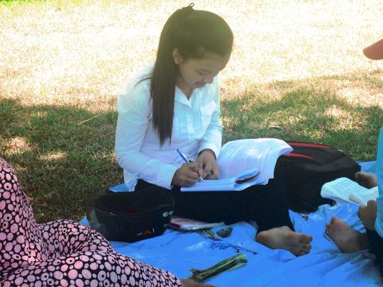 Những thí sinh ở gần thường mang theo bạt để nghỉ trưa tại công viên