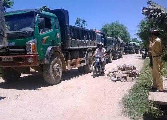 Đoàn xe quá tải bị người dân chặn lại vào sáng ngày 29-6