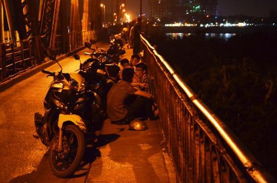 Thời tiết oi bức, ngột ngạt, người dân đổ xô tới cầu Long Biên để hóng gió