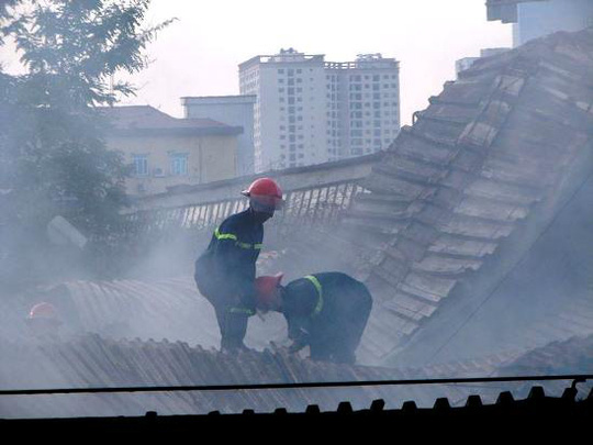 Tiếp cận từ trên mái nhà xưởng