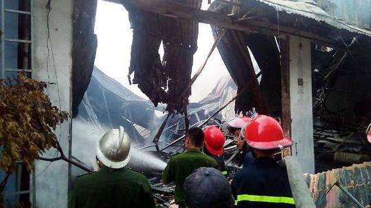 Cảnh sát PCCC đang tích cực phun nước dập tắt ngọn lửa (ảnh CTV)