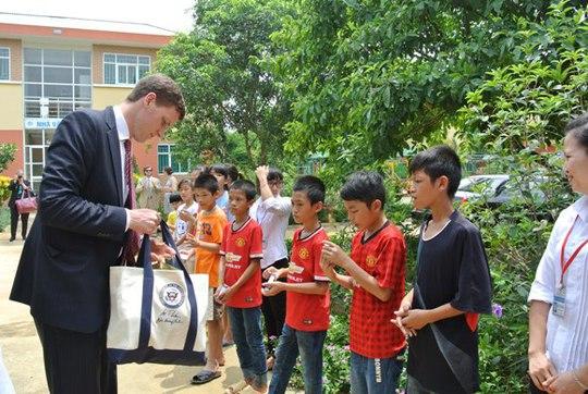 Những người đi cùng phu nhân chia quà cho các em ở trại trẻ