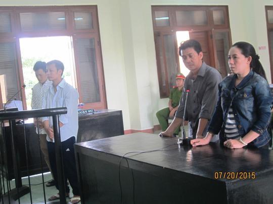 Vợ chồng chủ tiệm vàng Kim Dũng (bên phải) không biết bao giờ mới nhận được số tiền vàng đã bị cướp