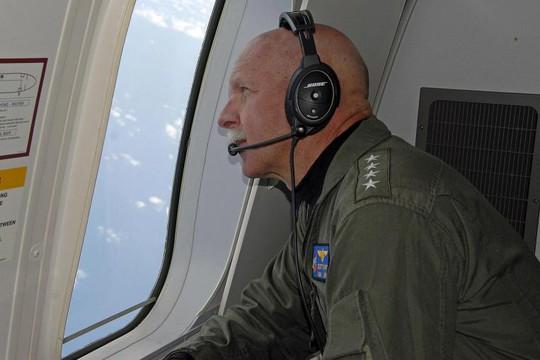 Đô đốc Scott Swift trên chuyến bay giám sát hôm 18-7. Ảnh: Reuters