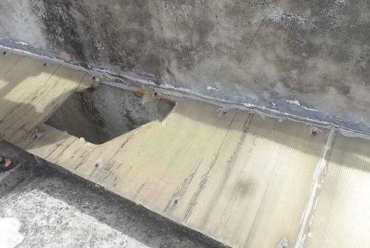 Miếng nhựa bà dẫm phải và bị rơi xuống khe giữa hai toà nhà