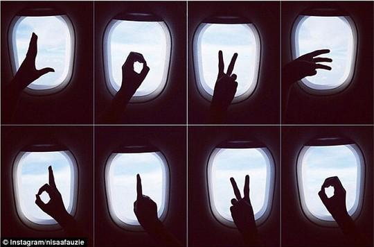Thông điệp Love Divo (Yêu Divo) mà Nisa vẽ tặng bạn trai trên cửa sổ máy bay. Ảnh: Instagram
