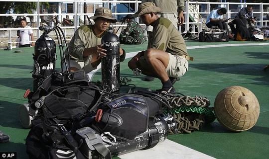 Các thợ lặn chưa có cơ hội xem xét vùng tối dưới đáy biển Java. Ảnh: AP