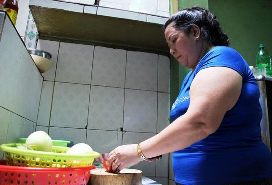 Chị Đặng Kim Hoa đang kế kiệp công thức bí truyền nấu cà ri dê của ông Bảy Hồng