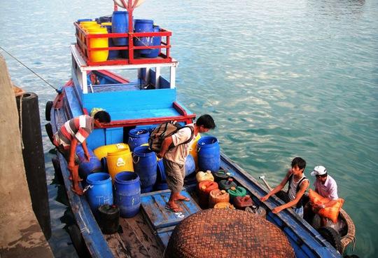 Vừa cập bến, ngư dân tại cảng cá Đại Lãnh (Khánh Hòa) đã nhổ neo đánh bắt thêm lứa cá mới.