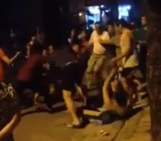 Chủ nhân chó Pit bull xông vào đánh nam thanh niên đứng ra can ngăn cuộc ẩu đả của 2 chú chó