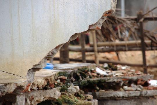 Nhiều nhà tan hoang, hư hại vì bị sóng biển và triều cường tràn vào