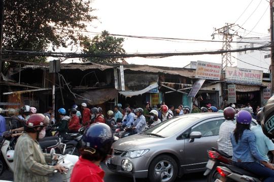 Hiện trường vụ cháy khiến 4 cửa hàng bị thiêu rụi.