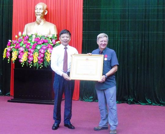 Chủ tịch UBND tỉnh Quảng Bình trao Huân chương lao động hạng Ba cho ông Haward Limbert