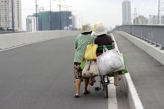 """Chiếc xe lỉnh kỉnh đồ đạc là """"ngôi nhà di động"""" này đồng hành cùng mẹ bà Mai đã hơn 3 năm trời. Trên tuyến đường dài khoảng 25 km"""