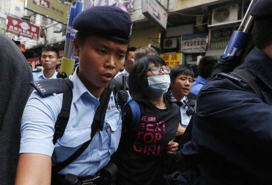 Một người biểu tình bị cảnh sát đưa đi. Ảnh: Reuters
