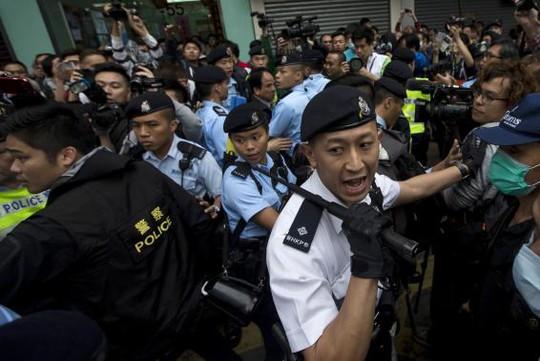 Đụng độ nổ ra khiến cảnh sát phải can thiệp. Ảnh: Reuters
