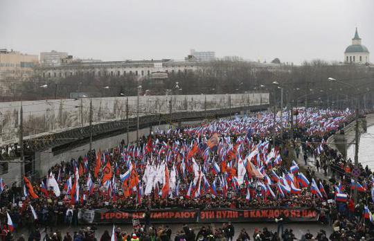 Cuộc tuần hành lớn tưởng nhớ ông Nemtsov hôm 1-3. Ảnh: Reuters