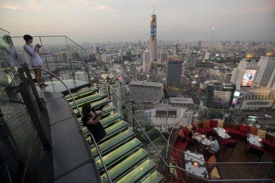 Du khách thưởng thức phong cảnh từ một quán bar trên cao ở Bangkok hôm 1-4. Ảnh: Reuters