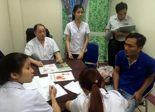 Thanh tra Sở Y tế TP (người đứng bìa phải) kiểm tra tại PKĐK Quốc Tế sáng 15-4 - Ảnh: L.TH.H.