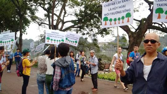 Người dân Hà Nội, trong cả người nước ngoài, đề nghị không chặt hạ hàng loạt cây xanh tại bờ Hồ Gươm ngày 20-3