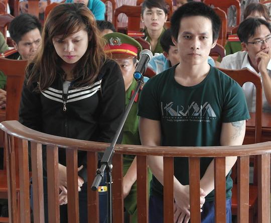 Hai bị cáo Ngân và Linh tại phiên toà