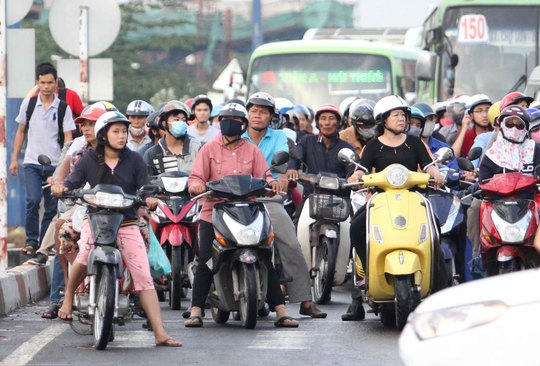 Dừng xe không đúng quy định thường xảy ra tại các giao lộ ở TP HCM Ảnh: HOÀNG TRIỀU