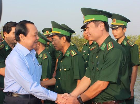 Bí thư Thành ủy TP HCM Lê Thanh Hải thăm, chúc Tết cán bộ, chiến sĩ Bộ đội Biên phòng đóng tại huyện Cần Giờ Ảnh: PHAN ANH