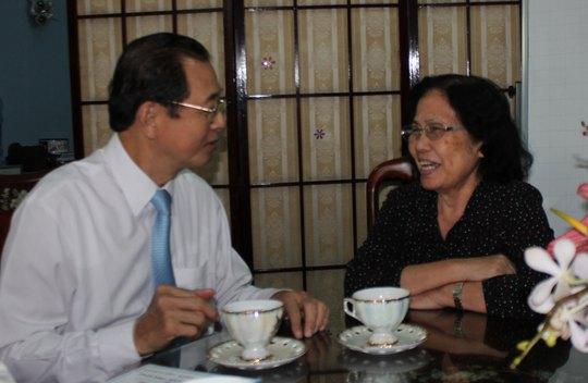 Trưởng Đoàn Đại biểu Quốc hội TP HCM Huỳnh Thành Lập thăm BS Nguyễn Thị Ngọc Phượng