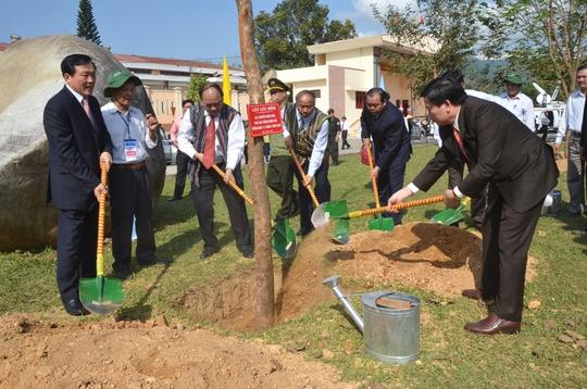 Trồng cây lưu niệm nhân kỷ niệm 70 năm khởi nghĩa Ba Tơ Ảnh: Văn Mịnh