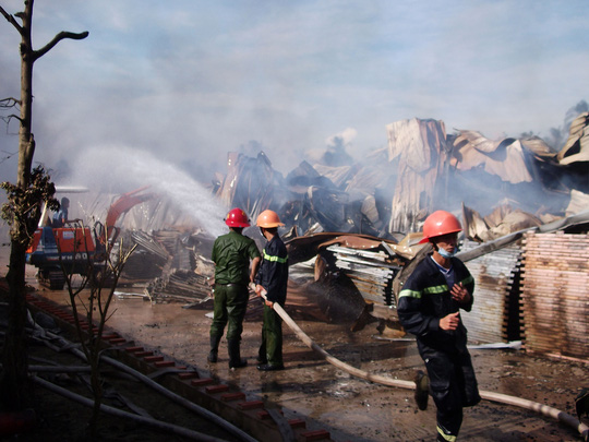 Nhà kho của Công ty TNHH May mặc Cây dừa bị lửa làm đổ sập