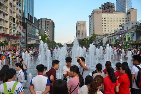 Hàng ngàn người dân đã đến tham quan đường Nguyễn Huệ trong ngày mở cửaẢnh: TẤN THẠNH