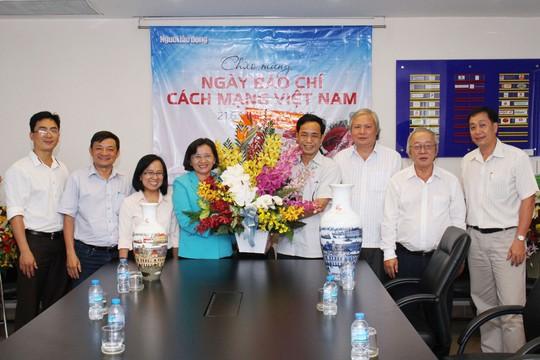Trưởng Ban Tuyên giáo Thành ủy TP HCM - bà Thân Thị Thư (thứ tư từ trái sang) thăm Báo Người Lao Động vào chiều 18-6 Ảnh: HOÀNG TRIỀU