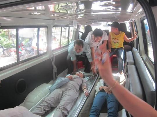 Đưa nạn nhân vụ tai nạn đi cấp cứu