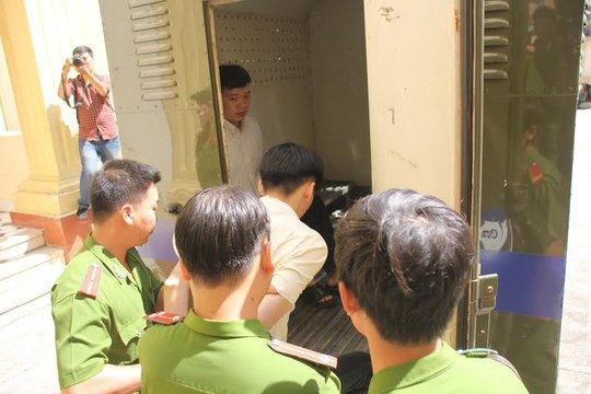 Dẫn giải bị cáo về trại giam