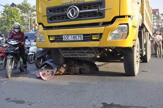 Xe máy của chị Bích găm chặt vào bánh xe tải