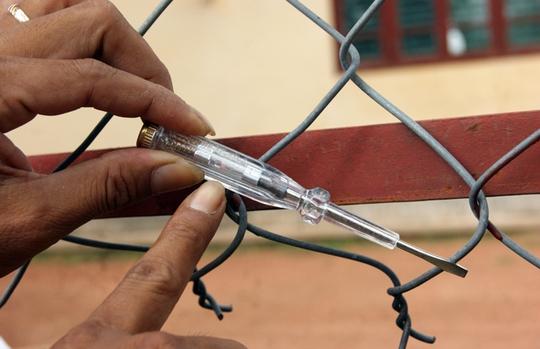 Qua kiểm tra bằng bút thủ điện thì phát hiện hàng rào này đều có điện.