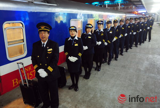 Tàu hỏa 5 sao đặt vấn đề phục vụ khách lên hàng đầu nên đã sử dụng đoàn nhân viên phục vụ có chất lượng cao như tiếp viên hàng không.