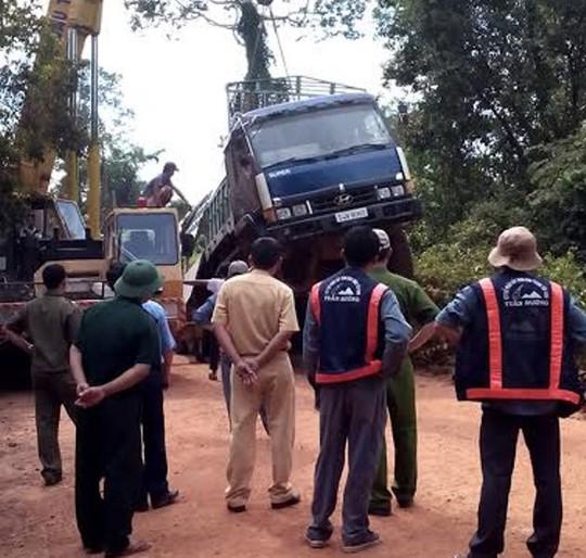 Xe quá tải đè sập cầu trên đường biên giới