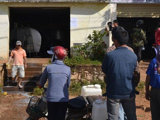 Nông dân đổ sữa bò trước trạm thu mua - ảnh 2