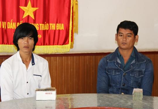 Trần Văn Đỡ và Khâu Sóc là 2 người được mời lên nhận tiền đầu tiên trong sáng 14-1