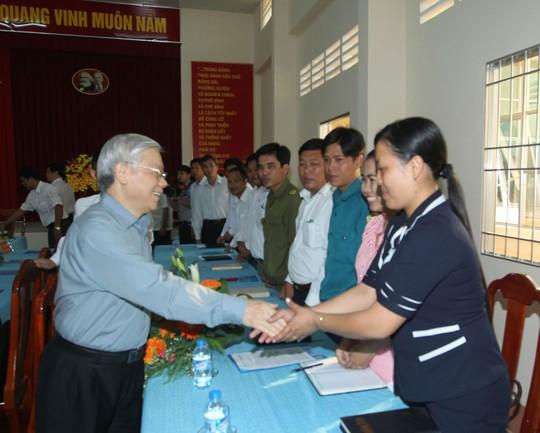 Tổng Bí thư Nguyễn Phú Trọng với cán bộ, nhân dân xã nông thôn mới Phú Cần, huyện Tiểu Cần, tỉnh Trà Vinh Ảnh: TTXVN