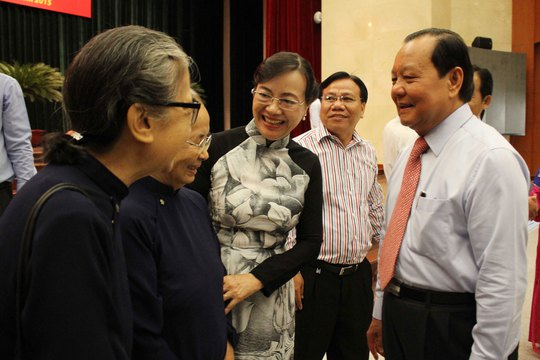 Bí thư Thành ủy TP HCM Lê Thanh Hải thăm hỏi đồng bào tôn giáo, dân tộc chiều 19-4 Ảnh: HOÀNG TRIỀU