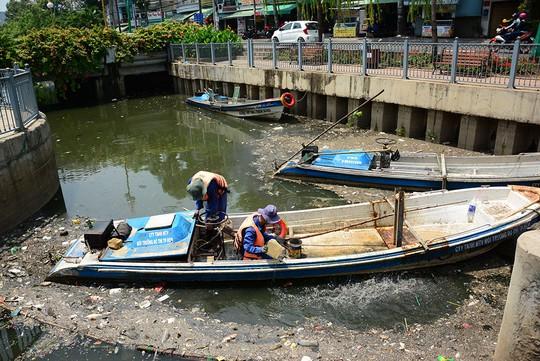 Nhân viên Công ty TNHH MTV Thoát nước Đô thị TP vớt xác cá chết tại kênh Nhiêu Lộc - Thị Nghè
