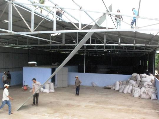 Phần mái xưởng hạt điều đang được tháo dỡ
