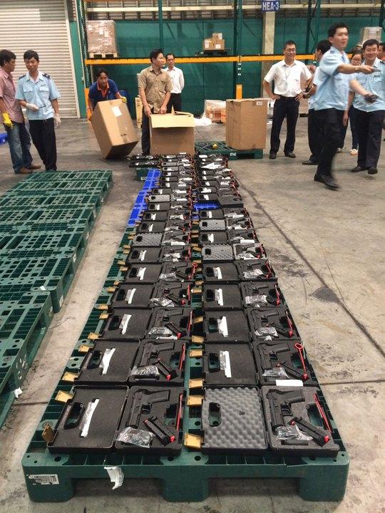 Lô súng quân dụng đang được tạm giữ  ở sân bay Tân Sơn Nhất