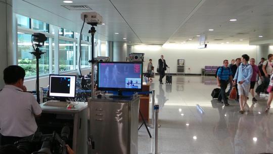 Đo thân nhiệt hành khách nhập cảnh tại sân bay Tân Sơn Nhất TP HCM.
