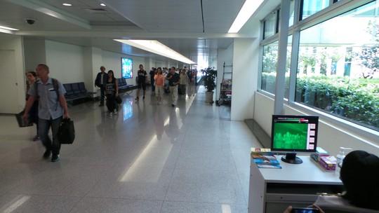 Đo thân nhiệt hành khách nhập cảnh tại sân bay Tân Sơn Nhất