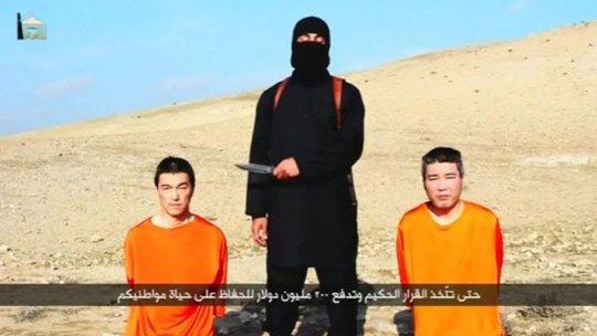 Hai con tin người Nhật bị IS bắt. Ảnh từ clip