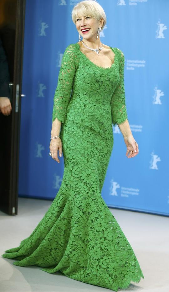 Helen Mirren vấp ngã trên cầu thang thảm đỏ