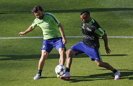 Nhưng Juventus có những chiến binh lão luyện như Pirlo (trái), Vidal và hàng thủ chắc chắn   Ảnh: REUTERS